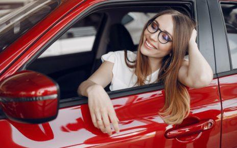 elegancka-i-elegancka-kobieta-w-samochodowym-salonie_1157-21764